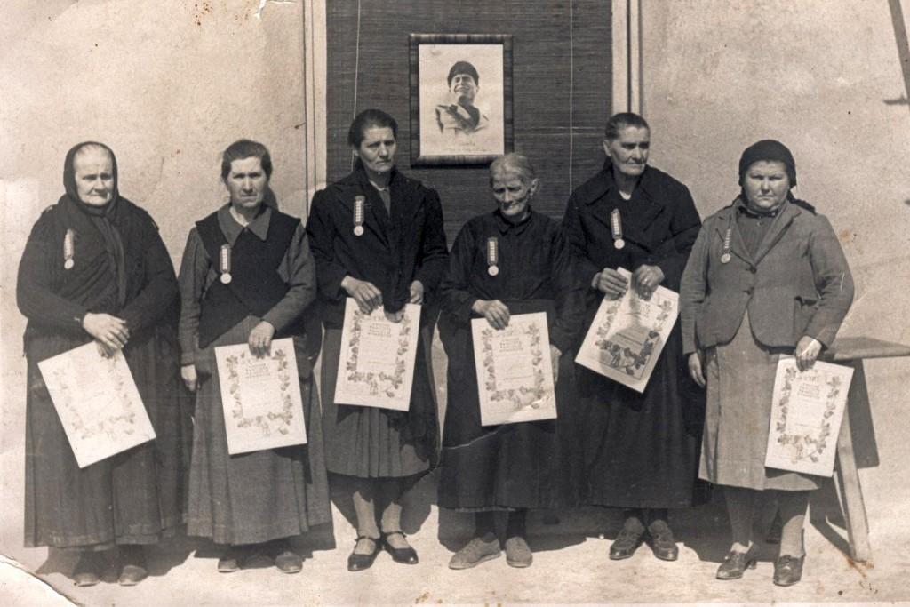 """Premiazione dell'""""Unione fascista famiglie numerose"""" delle donne con più di 7 figli"""